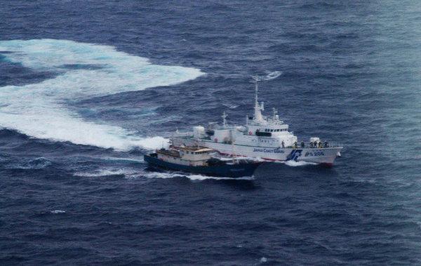 资料图:日本海上警卫队巡逻船追赶中国渔船的照片。
