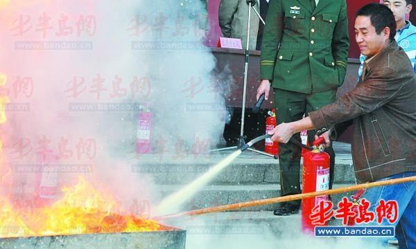 老师和学生学习使用灭火器灭火 .