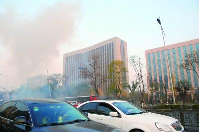 今晨,位于太原市迎泽大街的山西省委附近连续发生爆炸。警方已封锁现场,事件正调查中;小图为爆炸中一辆受损的公交车停在现场 新华社发