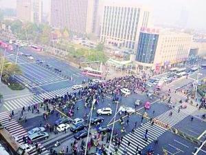 记者从山西省公安部门了解到,6日一早发生在太原迎泽大街山西省委附近的爆炸,目前已致1人死亡1人重伤7人轻伤。初步判断,爆炸系人为制造。