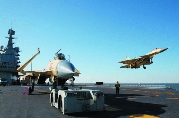 2012年11月歼-15在辽宁号航母上进行试飞