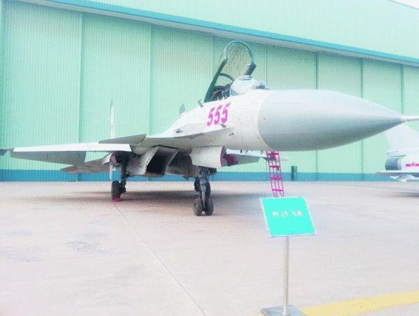 在西安阎良试飞院院内,记者见到了歼-15战斗机。《沈阳晚报》供图