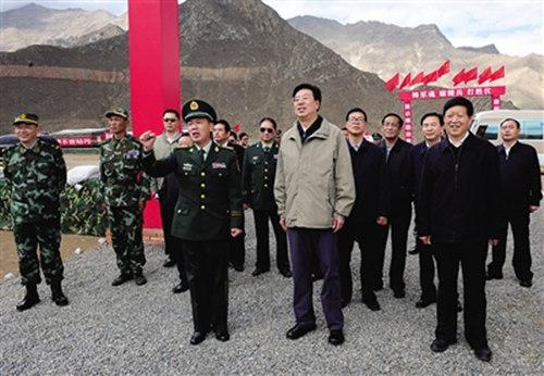 图:吴英杰前往武警西藏区域训练基地,视察部队训练和演习,亲切图片