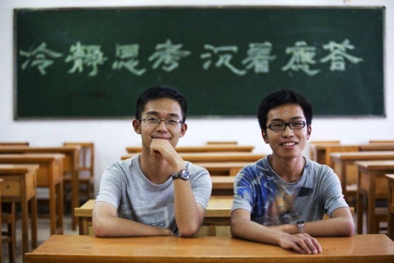 云南文理科状元孟鑫禹和张宗慕雨为师大附中高中一年级的同班同学.