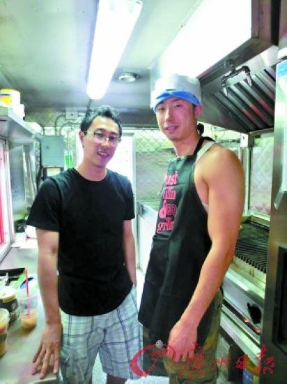 刘晓(左)和彭一在餐车内。(受访者提供)