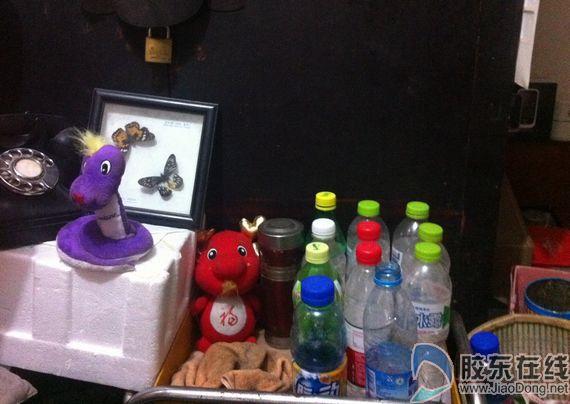记者看到,文哥的卧室里,他的玩具布娃娃仍然放在床头.图片
