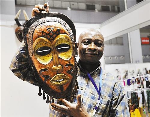 非洲参展商带来的面具很有神秘感. 记者 熊明 摄