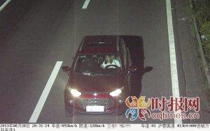男子怀抱着女友坐在驾驶室开车 通讯员 侯明 供图