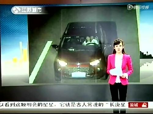 """8月28号,G42沪蓉高速公路上,""""温情""""一幕被高速路执法的电子眼拍到―晚上8点半,驾驶员怀抱一女子,行驶在高速路超车道上。昨天,重庆交通行政执法总队高速公路第二支队通报了这起事件。"""