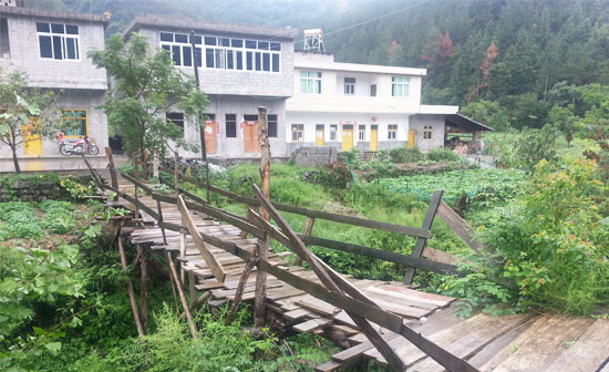 四年前村民搭建的简易木桥如今已破烂不堪