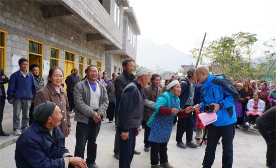 村里的老人们向我们讲述着村里的变化