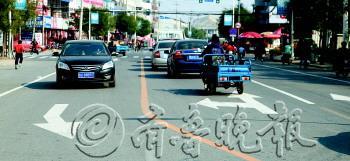 一百货路口增设左转直行车道。李新东 供图