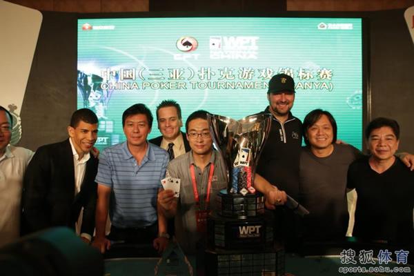 图文:2012WPT中国赛 冠军与众多嘉宾合影
