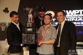 图文:2012WPT中国赛 雷正华捧起冠军奖杯