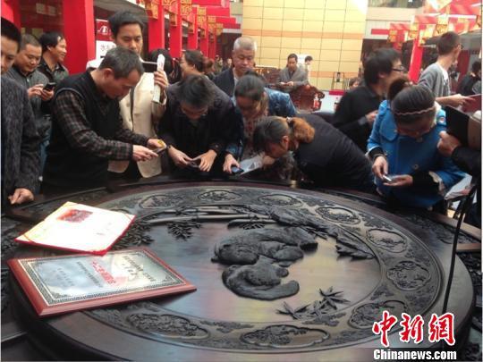 图为人们在观赏《十二生肖圆台》餐桌 李婷婷 摄