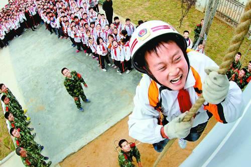 江苏 赣榆/11月8日,江苏赣榆,一名小学生在县消防大队训练场体验攀爬。