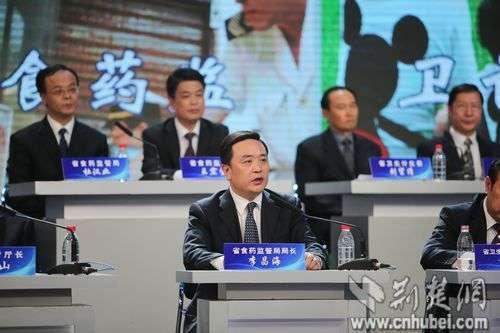 湖北省食品药品监督管理局局长李昌海正在进行回应
