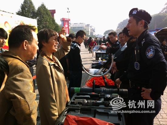 市公安局警察向市民展示并讲解PTU装备