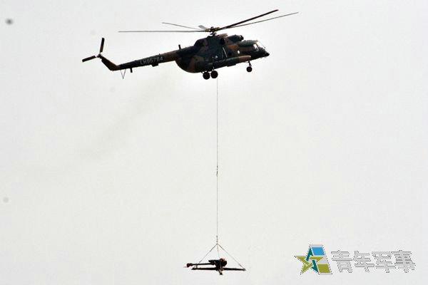 原文配图:解放军第一集团军空中吊运。