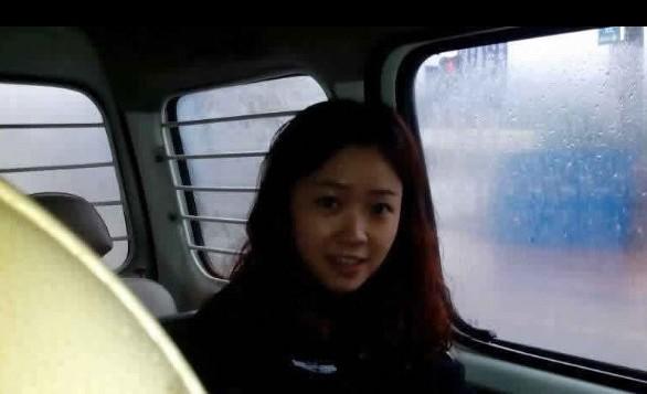 四川安岳现女神城管 小贩 她一笑我就听话了