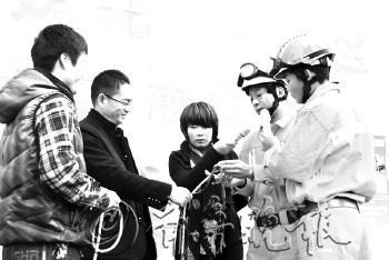 李岩松/消防战士现场教授市民系逃生绳结。本报记者李岩松摄