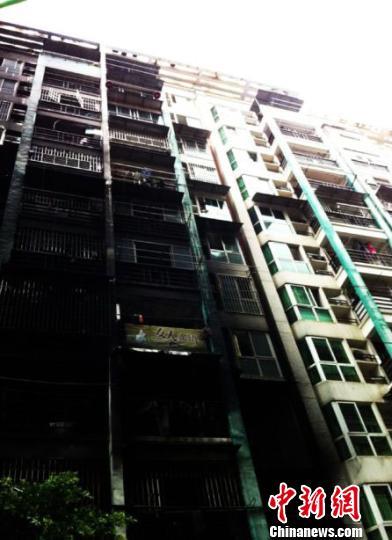大火烧毁了数十部摩托车、电动车,产生的大量浓烟将外墙熏黑。 肖九华 摄