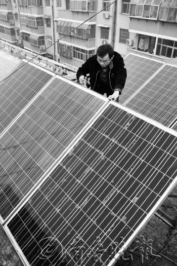 王庆旺在调试光伏太阳能电池板