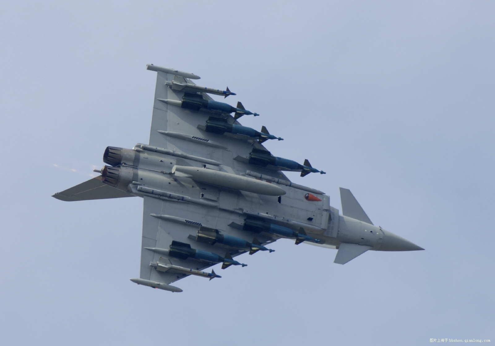 �zf�_图为f-15战斗机挂载多枚导弹飞行的场景