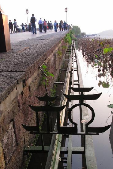 断桥边 宽大 的钢架 网友vol供图