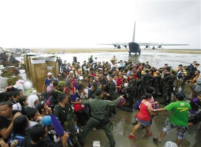 12日,菲律宾派出军机准备救出被困灾民,现场一度混乱。