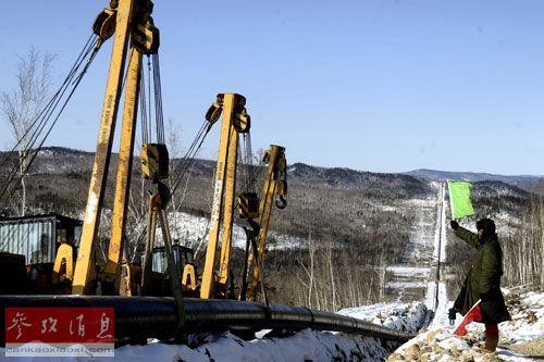 3月7日,中俄原油管道建设者在大兴安岭的严寒天气下指挥原油管道