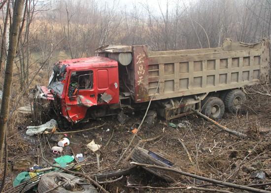 鹤嫩公路回龙湾大坡附近发生车祸