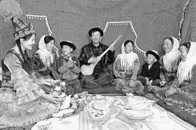 柯尔克孜族青年在席间演奏