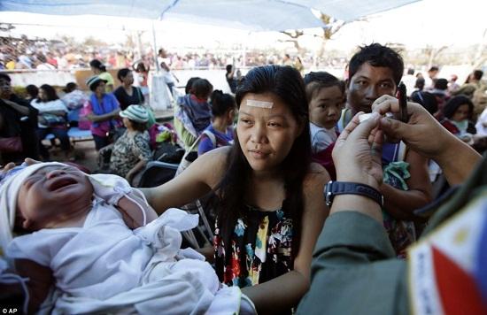 塔克洛班陆续有婴儿出生,但因医院断水断电缺少药物,医疗救助面临巨大难题。