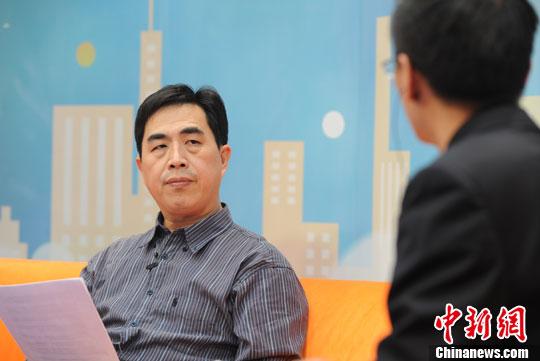 中国民航大学航空运输经济研究所所长李晓津做客中新网视频访谈间。中新网 张越 摄
