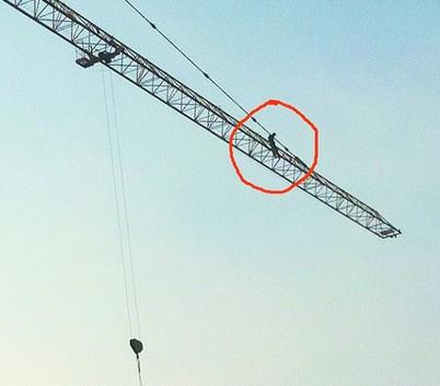 小刘爬到40余米高的塔吊上。(警方供图)