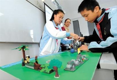 """做实验是中小学[微博]生学习中的重要环节,专家建议,逐步探索并设置""""实验教师岗位"""" 晚报何雯亚 资料图片"""