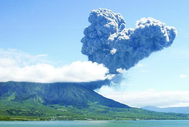 据新华社电 日本东部的关东、东海等地时常出现烟雾天气,此前日本媒体的报道多倾向于认为来自中国的风沙和雾霾是重要成因之一。日本气象厅气象研究所最新的研究结果则提出不同观点。   日本共同社14日报道,日本气象厅气象研究所的检测研究显示,日本关东、东海等地PM2.