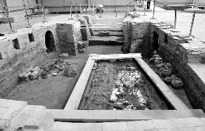 这是二号墓(萧后墓)墓室及其中出土的女性人骨遗骸和随葬品