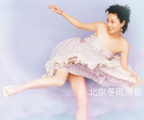 王菲罕见俏皮短裙照。