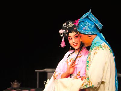 小剧场京剧《惜・娇》的主演王梦婷(左)和张�Q主演。