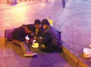 ▲3个孩子在街头玩耍。