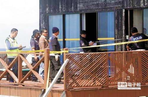 马来西亚鉴识人员在发生枪杀和掳走台湾游客的邦邦岛水上度假村搜证。大批军警在邦邦岛海域巡逻,搜寻被挟持失踪的张安薇。