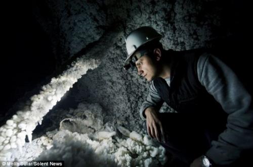 盐矿工人正在观察盐矿质地