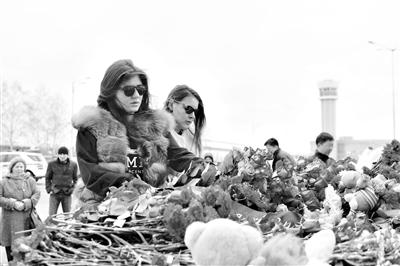 11月18日,在俄罗斯喀山,市民向空难遇难者献花。新华社发