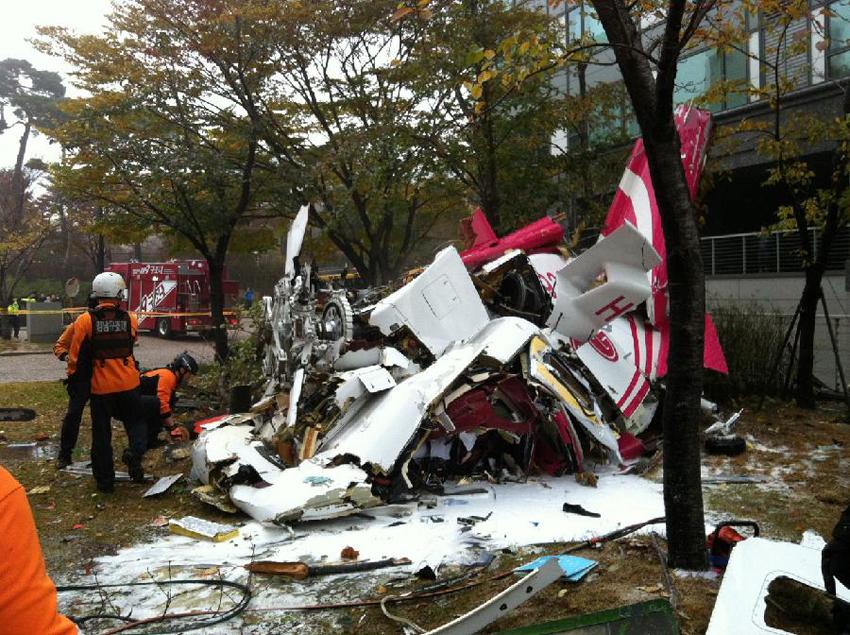 当地时间2013年11月16日,韩国首尔一架直升机撞上高层公寓后坠毁,已致2人死亡。