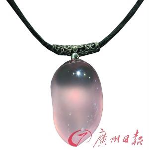 广州市面的天然水晶首饰价格昂贵。
