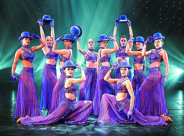 晚报讯   23、24日晚,青岛大剧院上演的《热辣百老汇》将汇集百老汇20世纪以来被广泛传颂的经典音乐剧,让观众在有限时间内,享受到 《猫》、《悲惨世界》、《剧院魅影》、《42街》、《窈窕淑女》等几十部脍炙人口的好歌与华丽舞蹈,由当前顶尖的百老汇歌手演绎原汁原味美国百老汇演出魅力。   此次演出团队是百老汇优秀表演团体之一,将百老汇经典名剧片断,荟萃为一台精彩纷呈的《热辣百老汇》。其中,音乐剧《42街》讲述的是乡村姑娘佩吉如何在百老汇成长为大明星的故事,也被称为百老汇的形象代言剧目。火辣热舞是百老汇