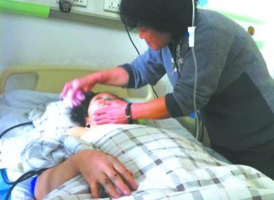 昨日上午10时许,在抚顺第三医院的病房内,王翠玲躺在病床上,胸前包裹着纱布,左脸眼眶部位有大面积擦伤。还在担心女儿赵琪的伤势。