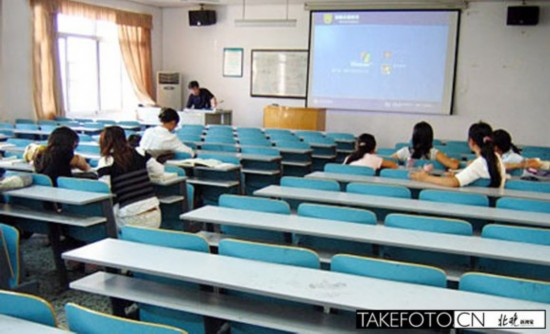 """11月20日上午九点半,课上了一半,北京服装学院纺织设计的大四课堂上,老师不慌不忙地拿出了点名册,""""下面我们来点一下名""""。教室里瞬间一阵骚动,刘影拿出手机,开始给班上的同学通风报信。"""
